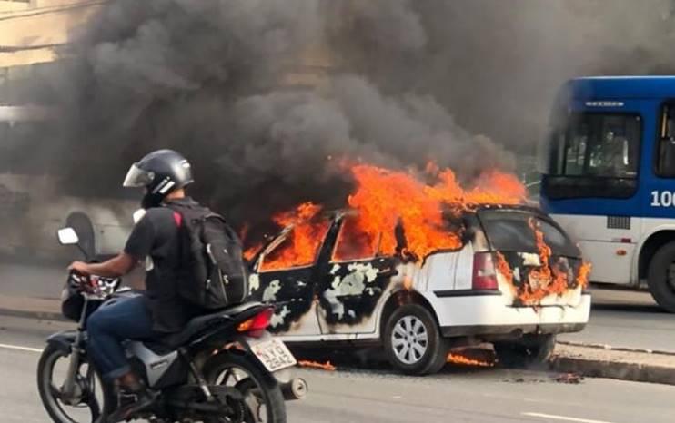 Carro pega fogo na Avenida Paralela em Salvador