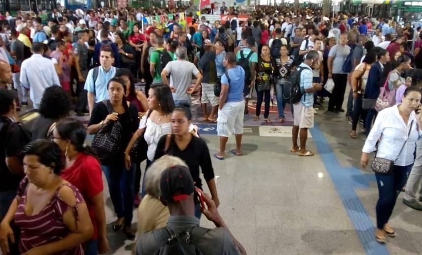 Pane no Metrô de Salvador interrompe Linha 1 e gera confusões nas estações; veja vídeos