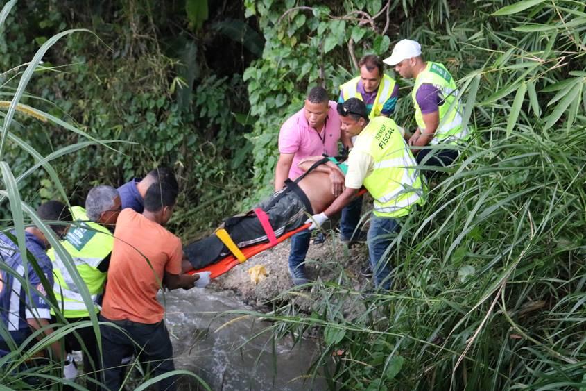 Homem fica gravemente ferido após ser empurrado em ribanceira pelo próprio amigo em Simões Filho