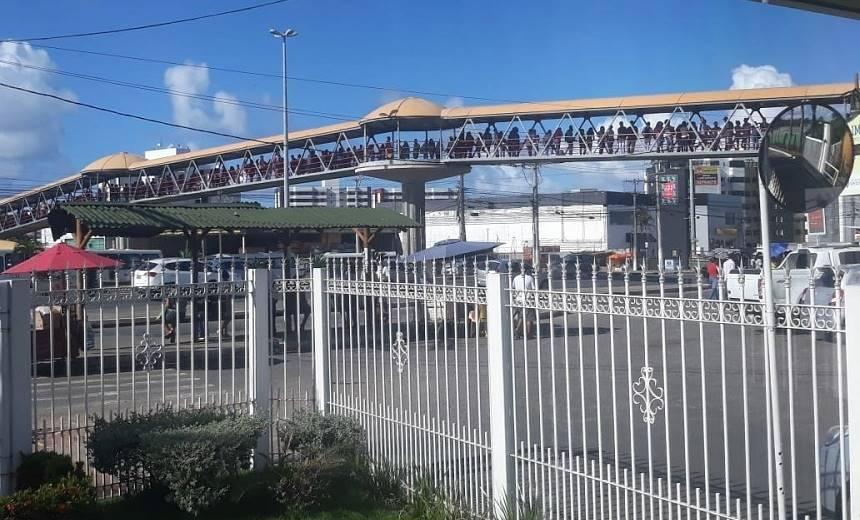 Por busca de emprego, fila de candidatos invade passarela em Lauro de Freitas