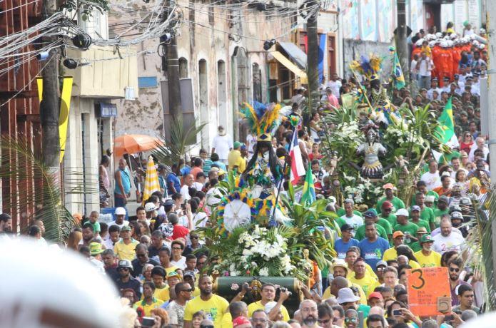 Milhares de pessoas se reúnem na festa da Independência da Bahia