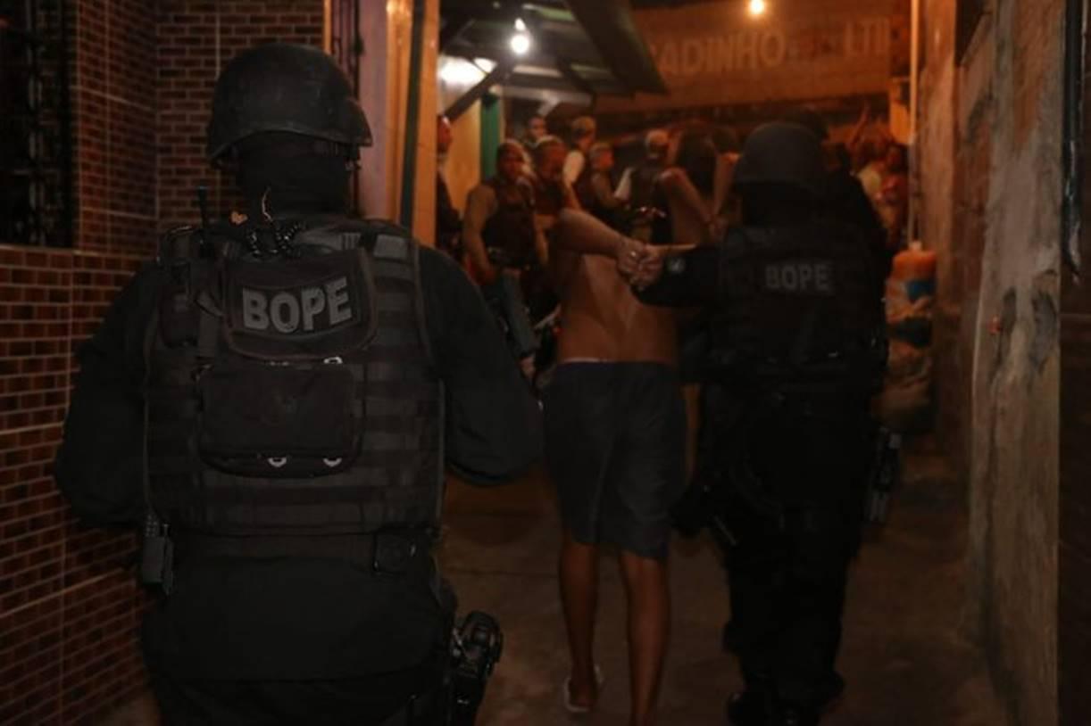 Bope prende 10 traficantes e libera seis reféns em Salvador