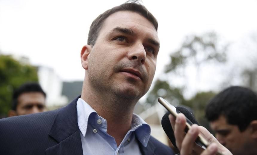 Flávio Bolsonaro superfaturou milhões com imóveis, diz MP; vidente previu cassação