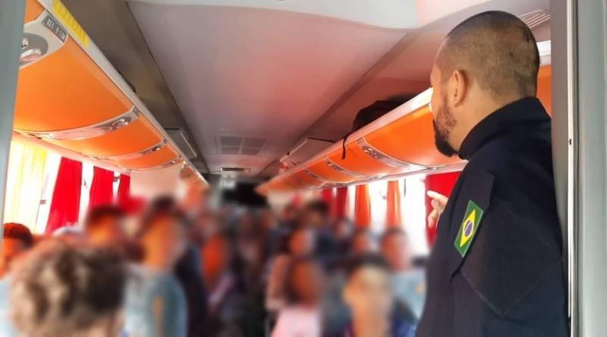 Em Simões Filho (BA), PRF flagra ônibus escolar com excesso de passageiros