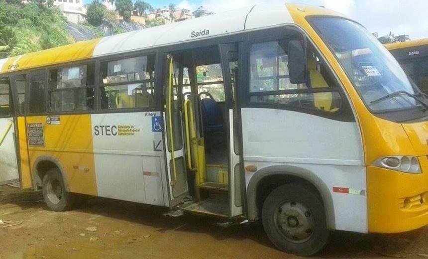 Greve Geral: pedras e tiros são disparados contra micro-ônibus, em Salvador