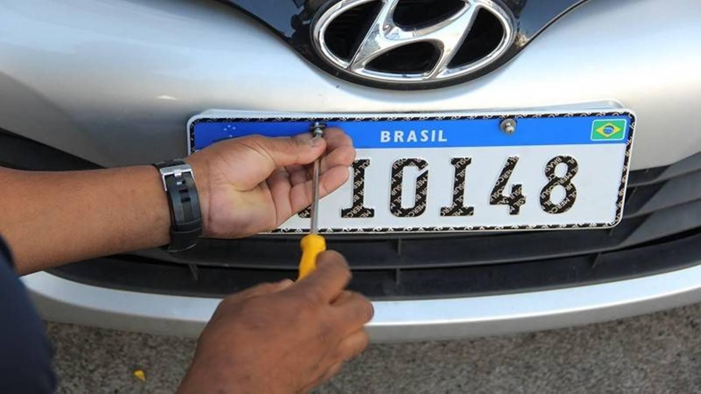 Novas placas padrão Mercosul: afinal, quando começa a funcionar?