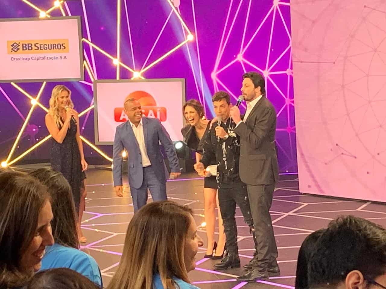 Alex Lopes divide palco com Thais Pacholek, Danilo Gentili e Cris Flores no Teleton 2019