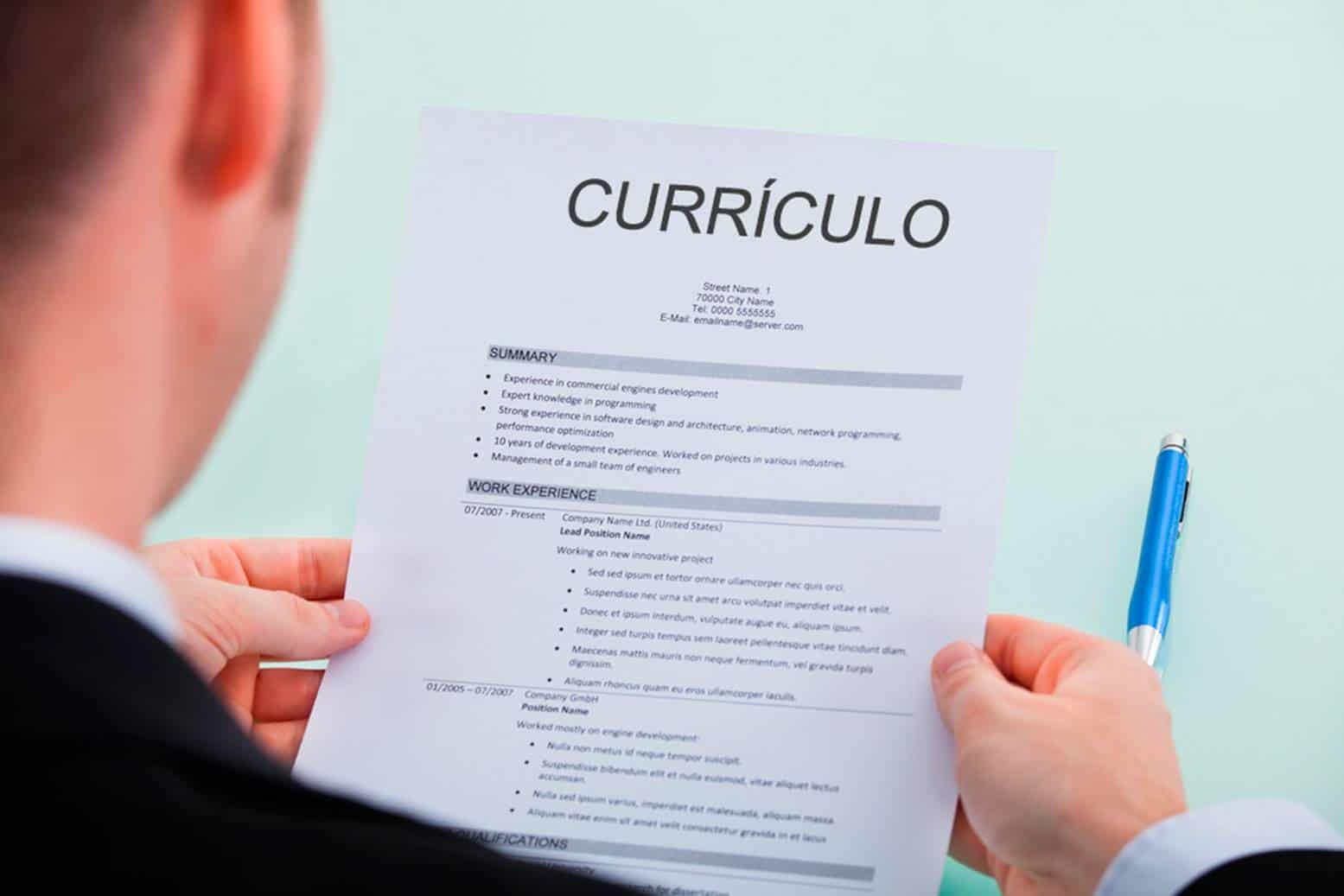 Procurando emprego? Aprenda a escrever um currículo simples e eficiente