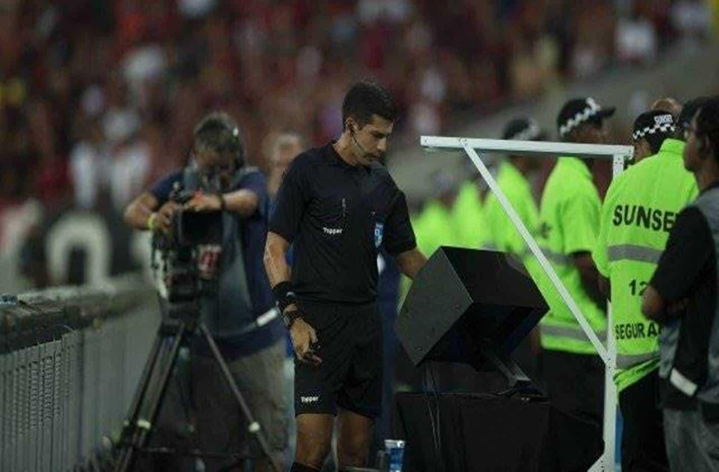 Vereador cria projeto de Lei para proibir árbitro de vídeo em partidas de futebol no Rio de Janeiro