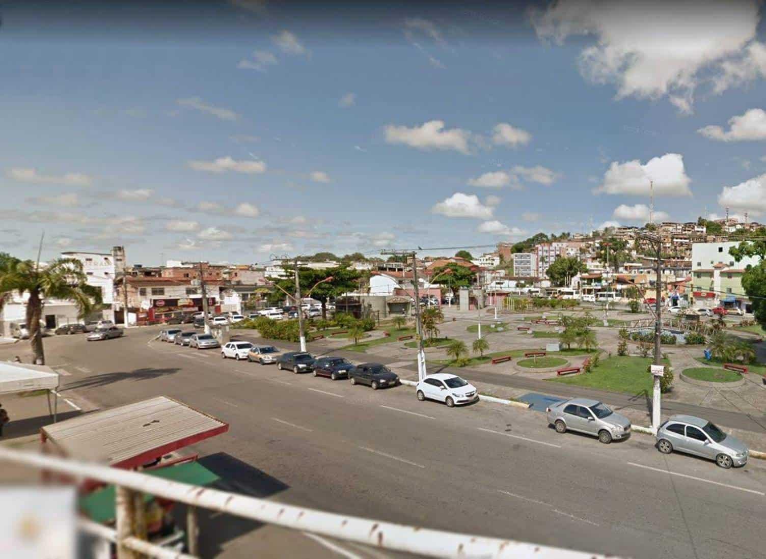 Mulher é encontrada morta em porta-malas de carro no Centro de Simões Filho, na BA.