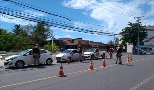 Carreata a favor da reabertura do comércio é interrompida por policiais em Lauro de Freitas