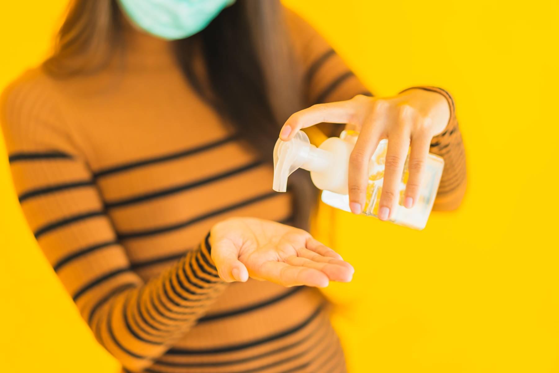 Ácool em gel pode deixar as mãos ressecadas - saiba o que fazer