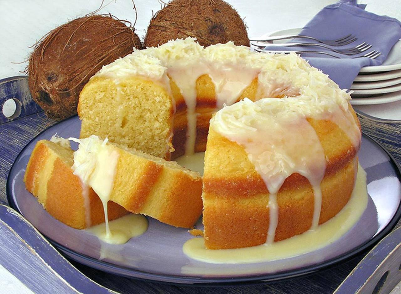 Aprenda três receitas para fazer bolo de coco simples e delicioso