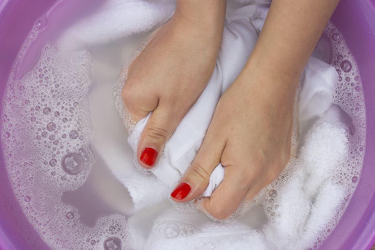 Como remover manchas amareladas de suor das roupas bem fácil