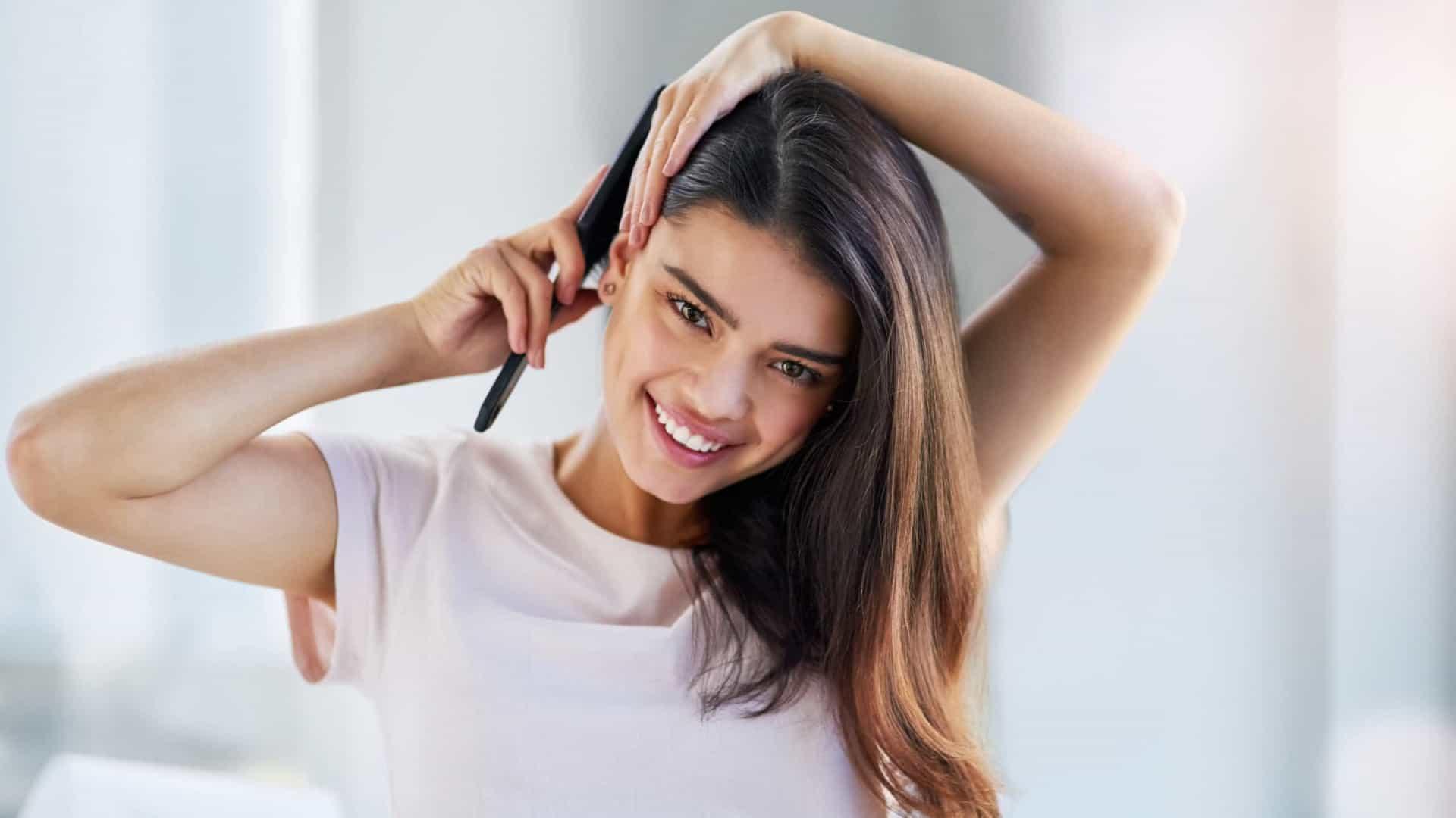 Mulher penteando o cabelo
