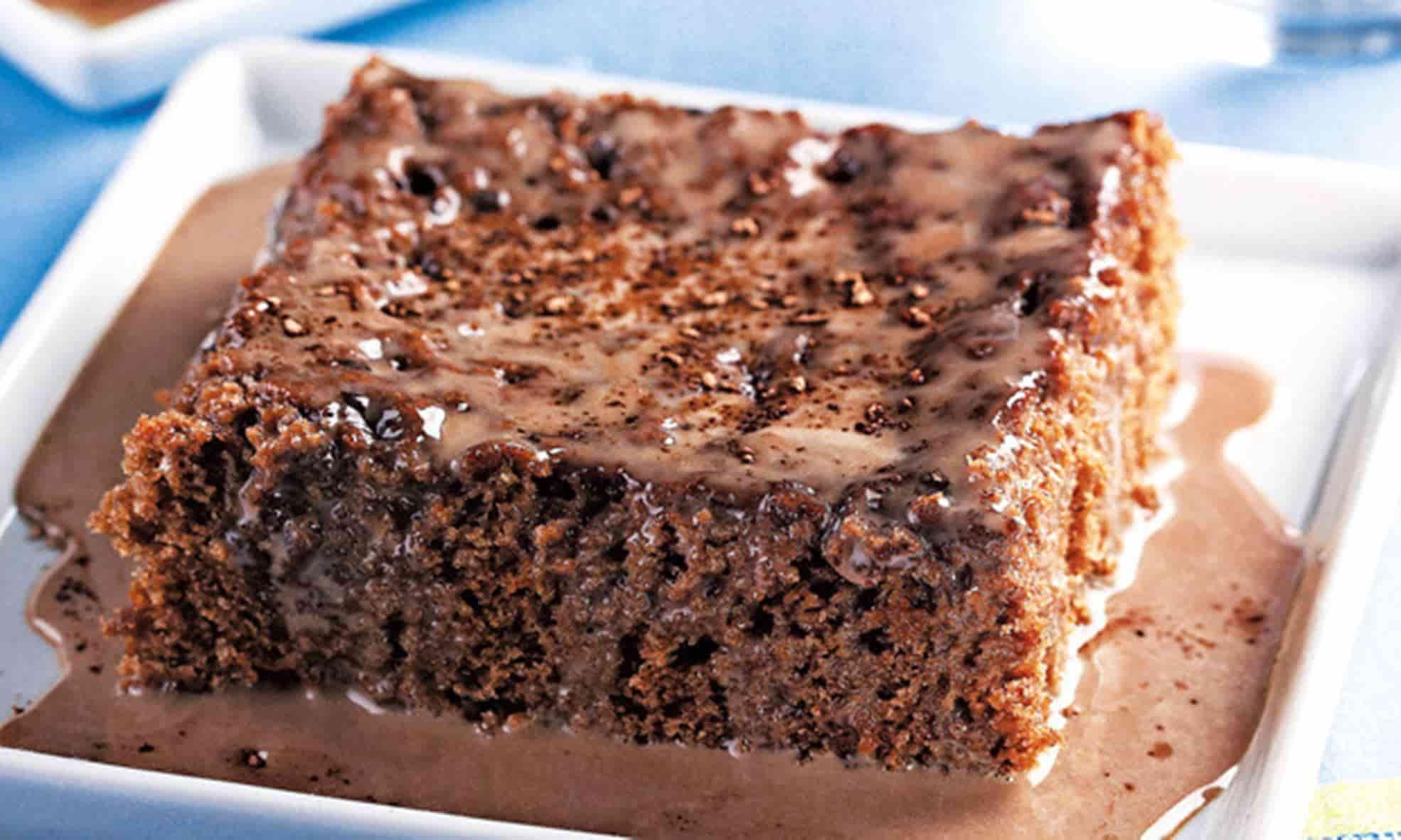 Receitas fáceis de bolo gelado de morango e coco com chocolate