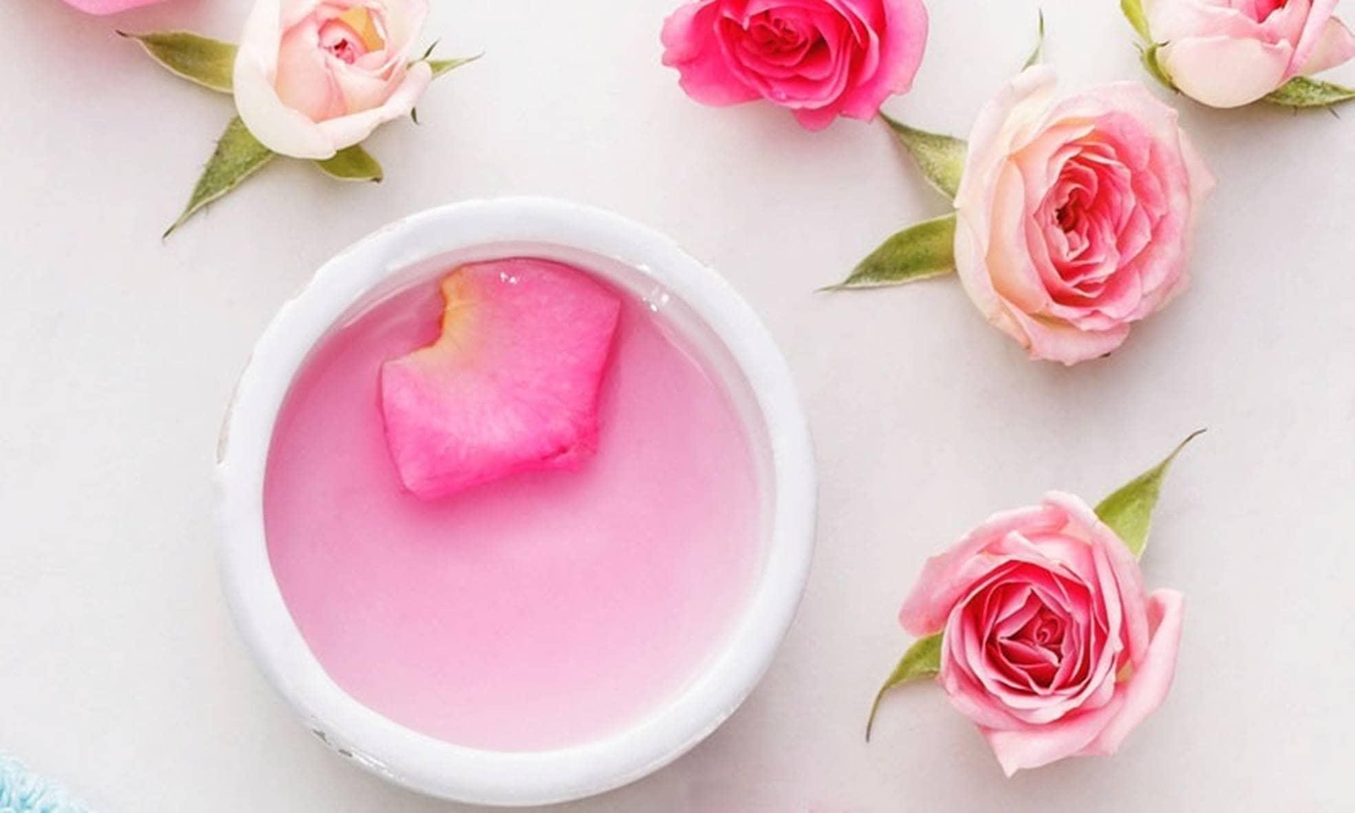 Faça sua água da rosas em casa e aproveite os benefícios para pele e cabelo