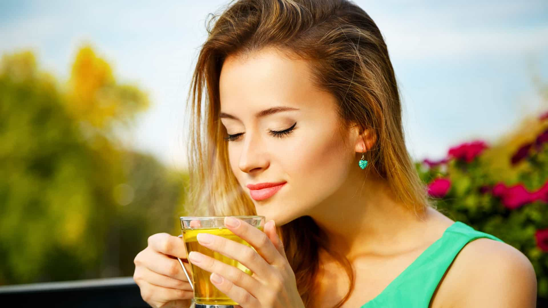 Mulher tomando chá