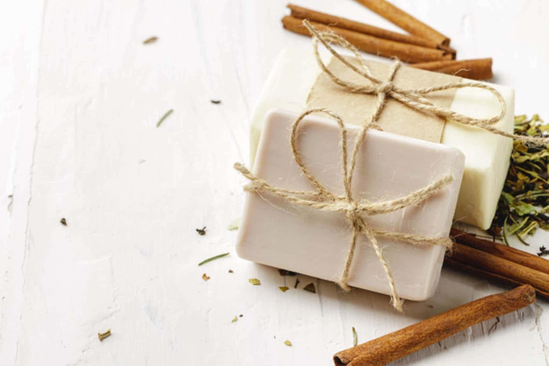 Faça sabonete de mel e aveia para remover espinhas e cravos