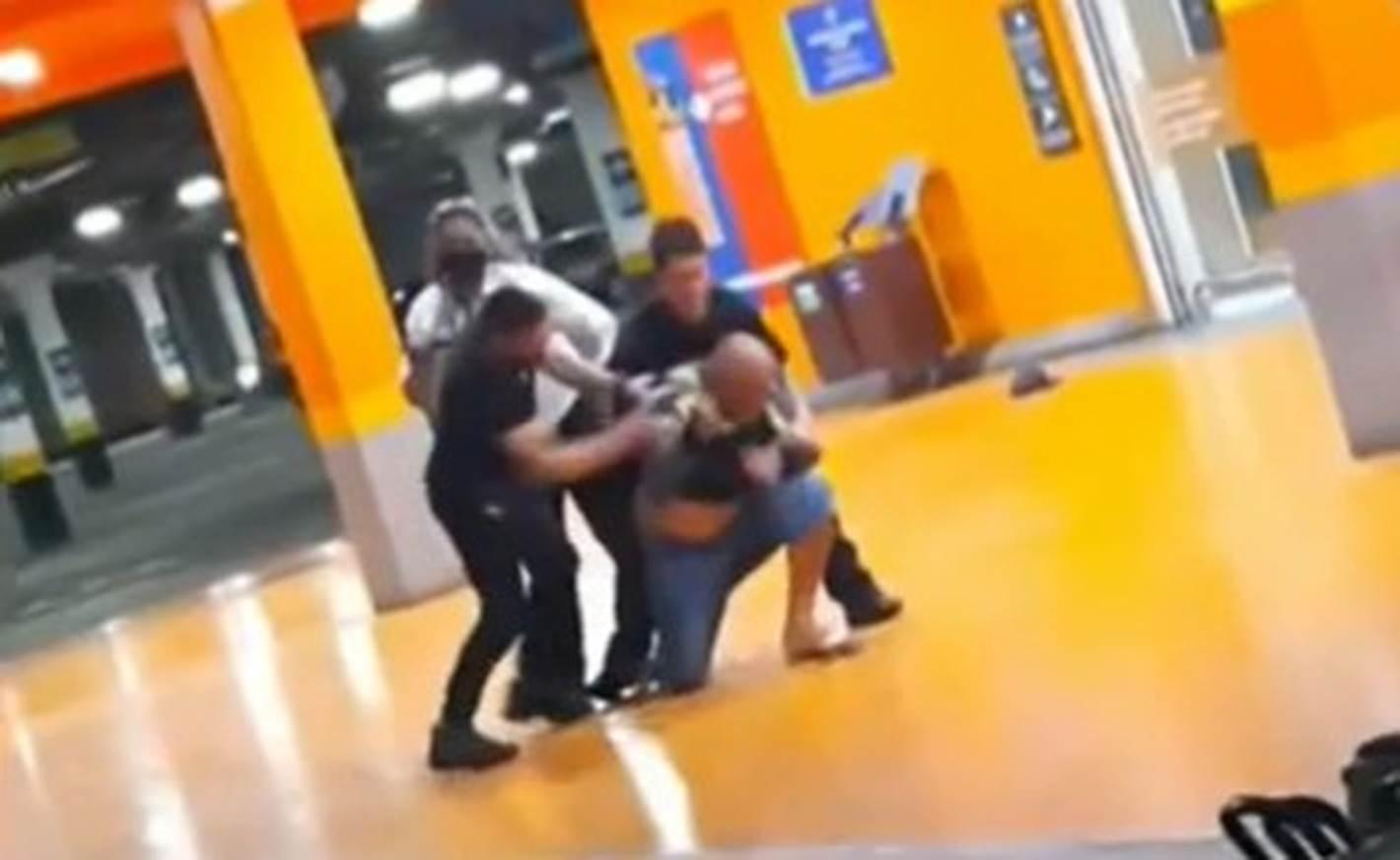 Homem negro é espancado até a morte dentro de supermercado