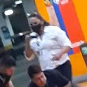 mulher filmando agressões a joão