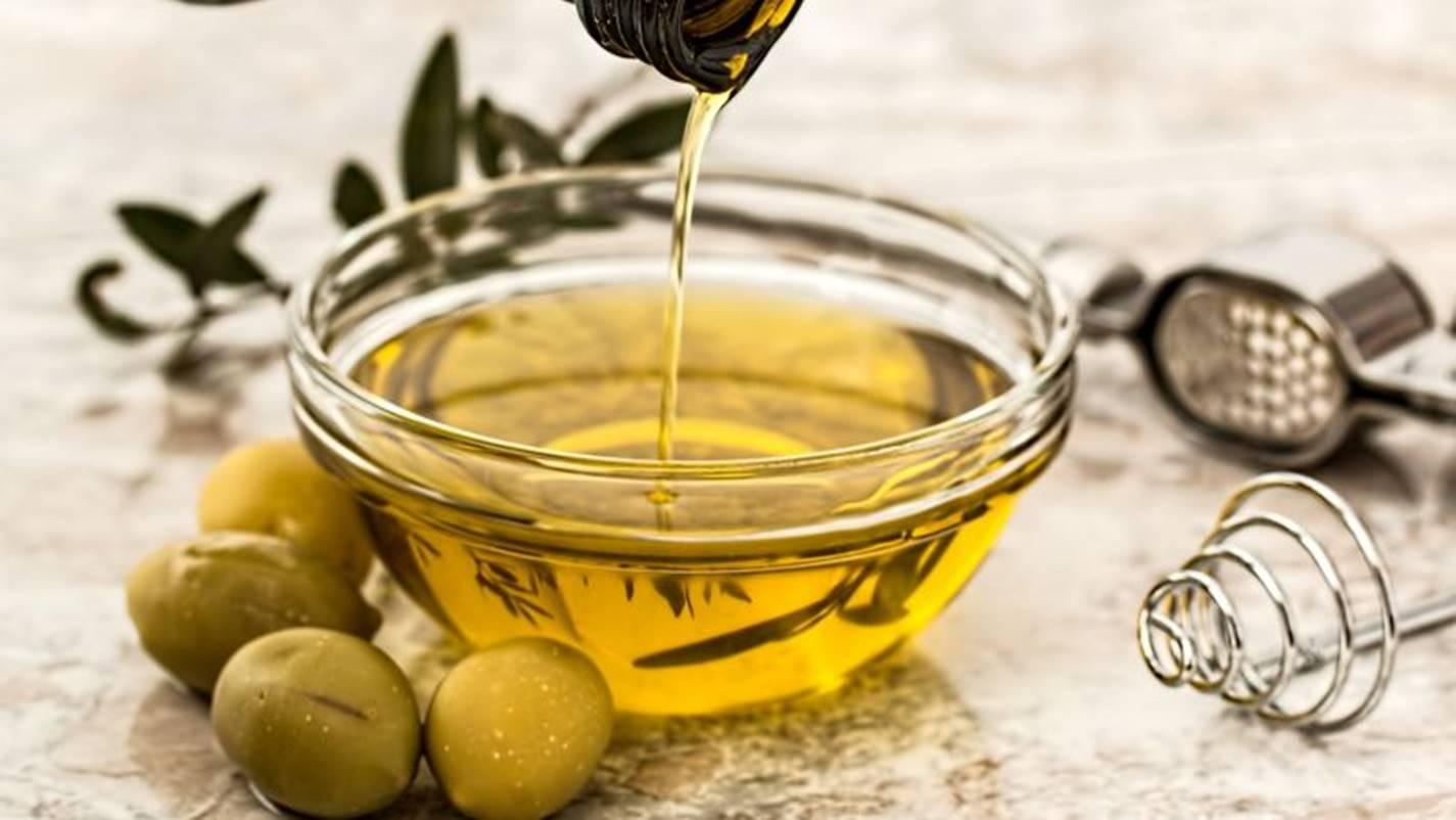 Azeite de oliva: 5 passos para aproveitar seus benefícios e ter cílios perfeitos