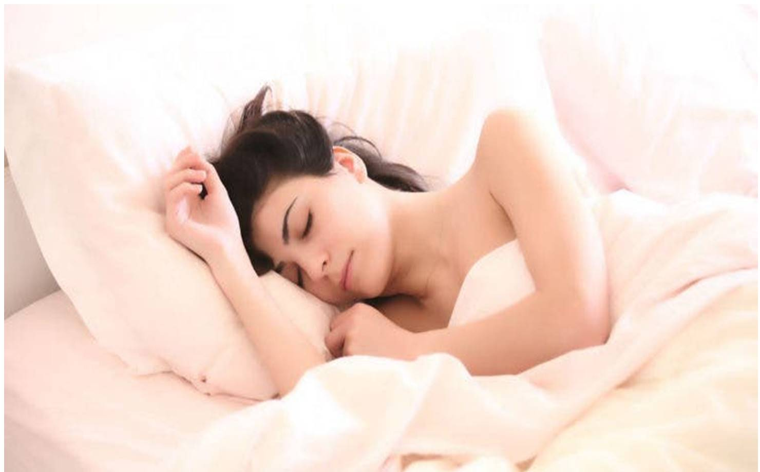 Mulher dormindo tranquilamente