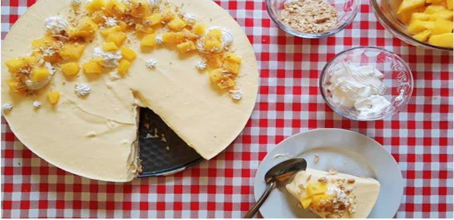 Torta de manga exposta na mesa