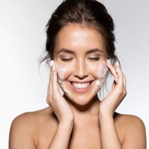 Mulher Sorridente Usando Máscara na Pele