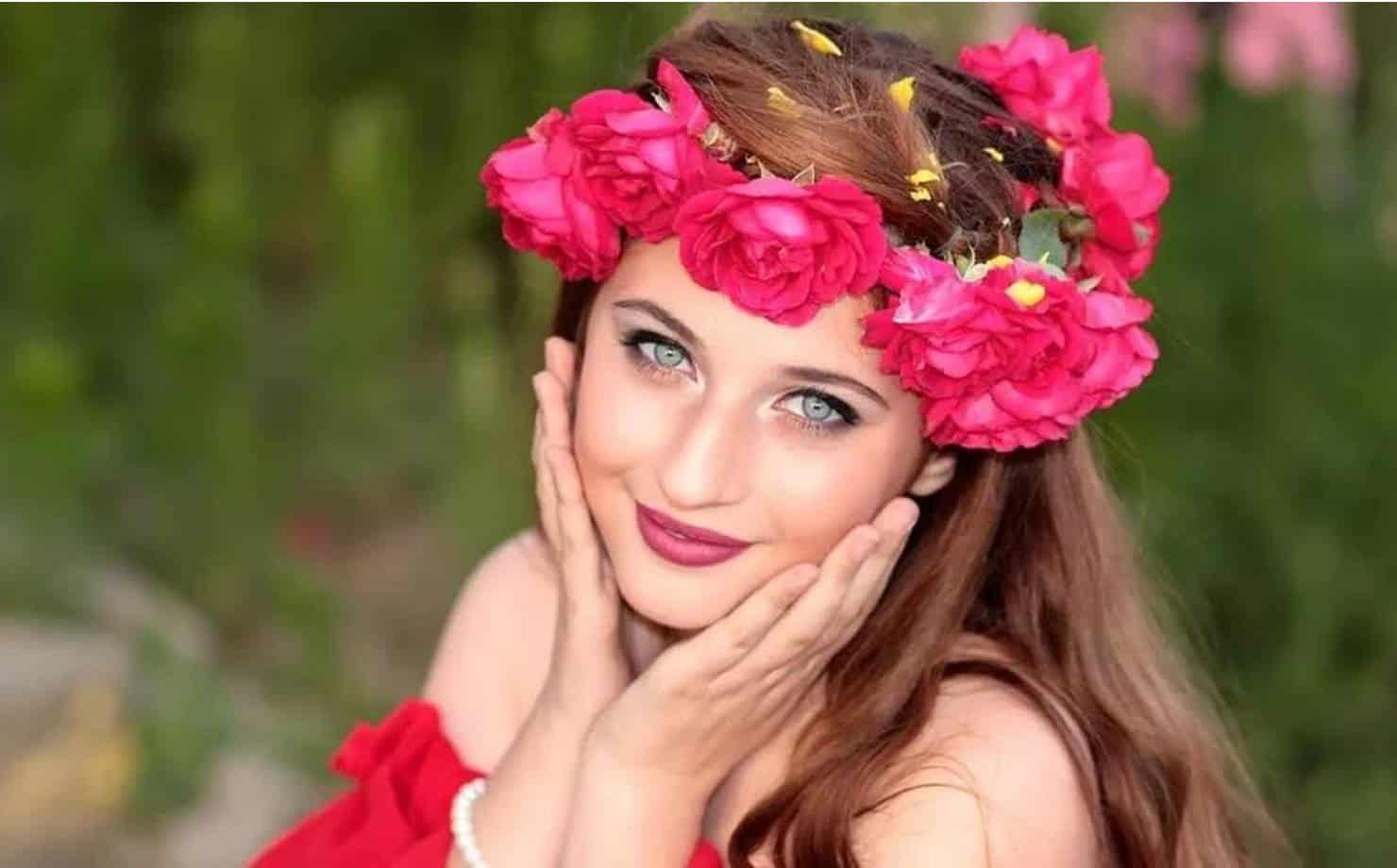 Mulher com Pele sem Rugas usando Coroa de flores na Cabeça