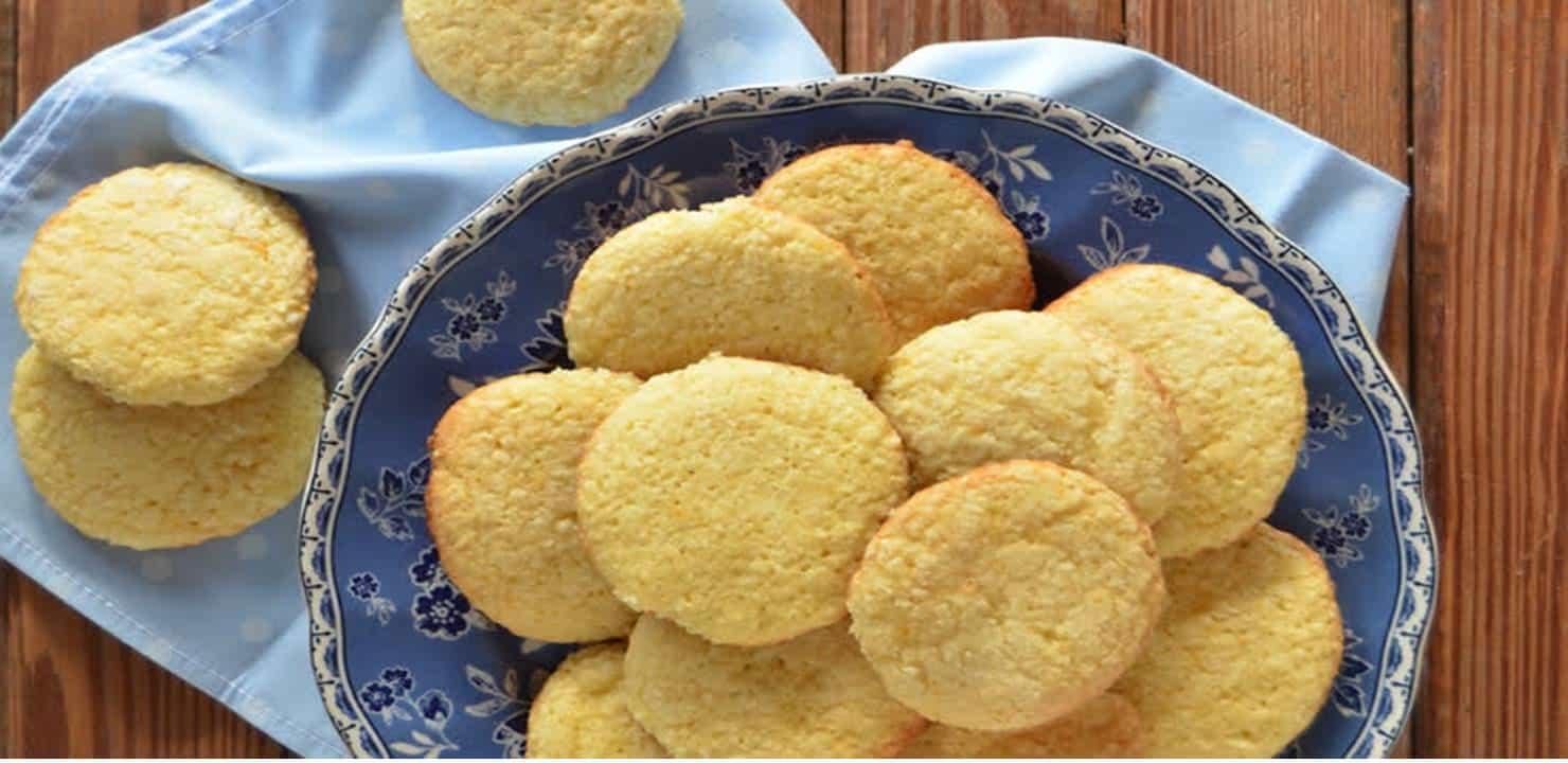 Biscoitos no Prato em cima da Mesa