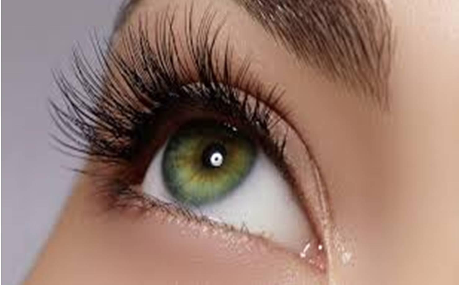 Mulher de Olhos Claros com Cílios Grandes