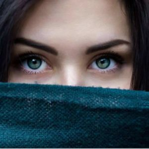 Mulher com olhar bem destacado