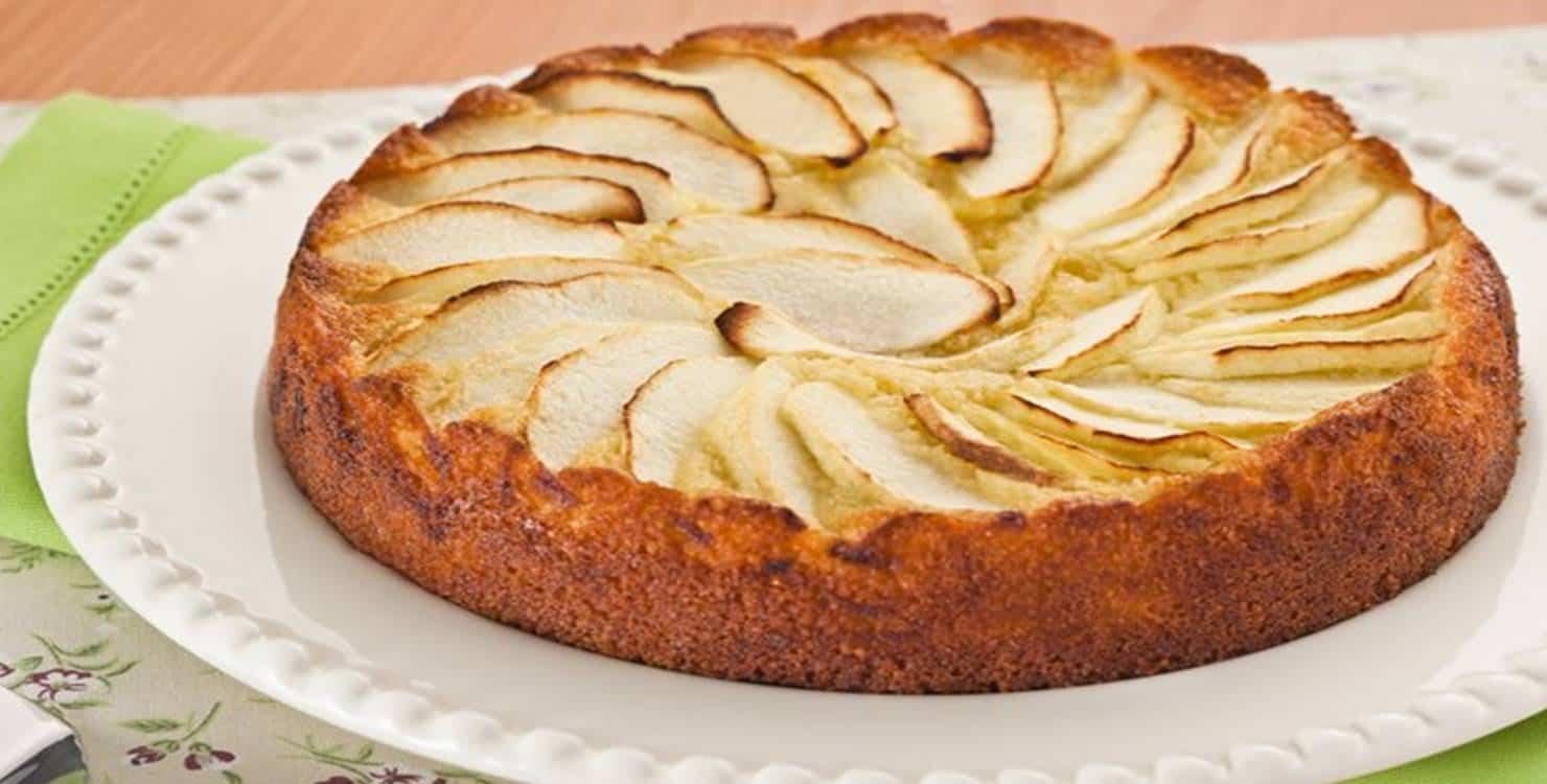 Torta Fácil de maçã exposta no prato de bolo