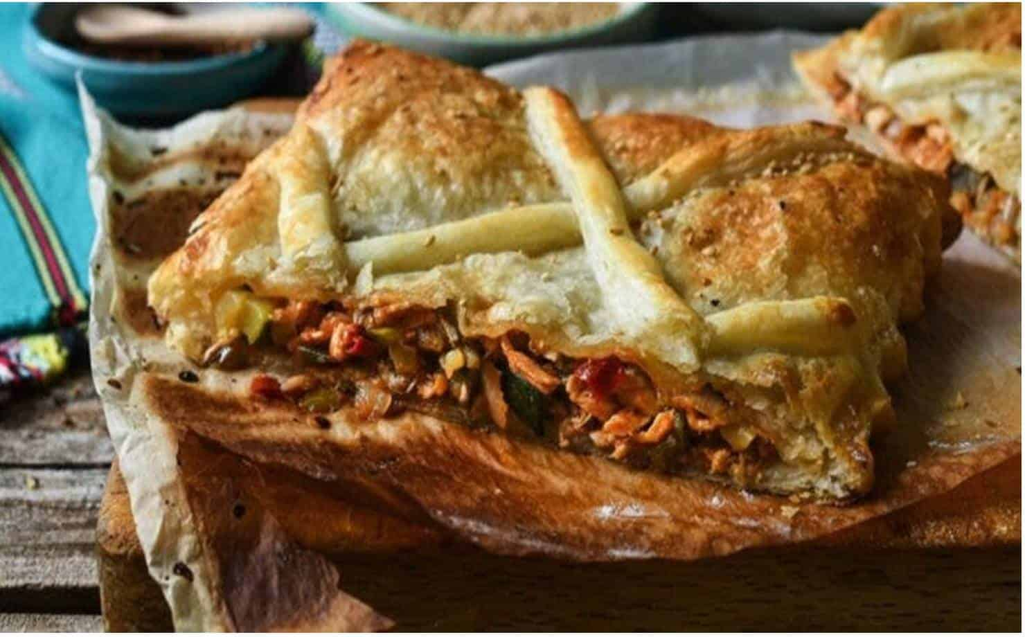 Massa folhada recheada com legumes e frango; uma receita saborosa