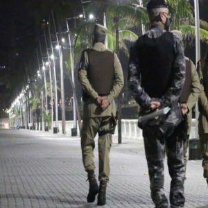 Guarda e Policiais Caminhando na Rua