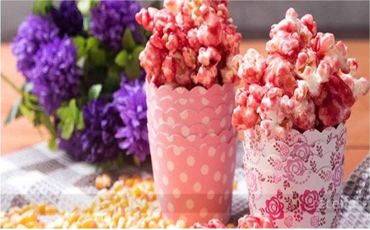 Pipocas de Groselha Exposta na Mesa com Flores