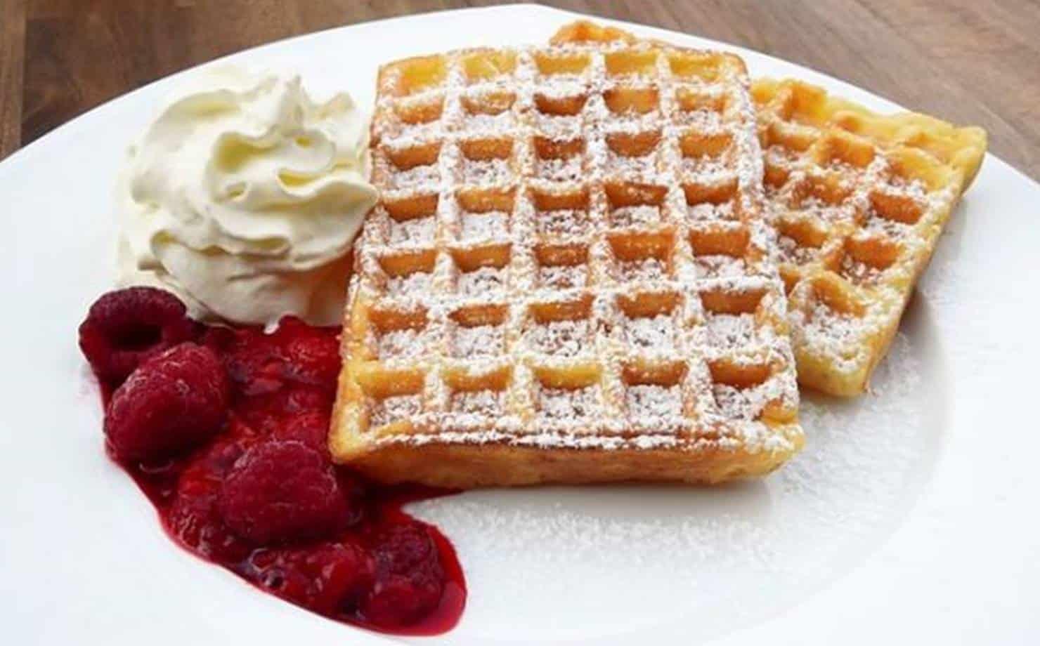 Waffles no prato com frutas vermelhas