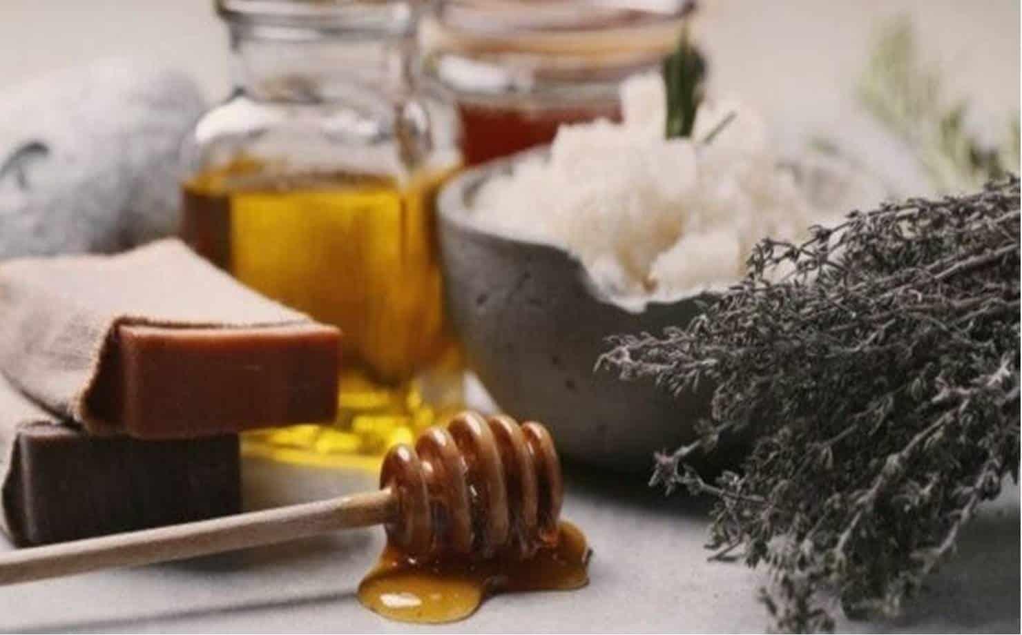 Como fazer sabonete de mel caseiro para manter a pele macia e hidratada