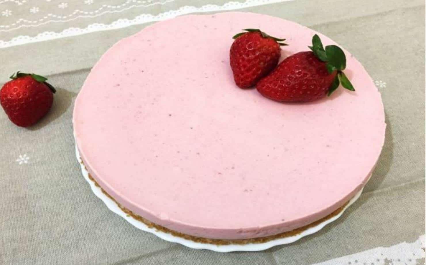 Torta de Morango Exposta na Mesa