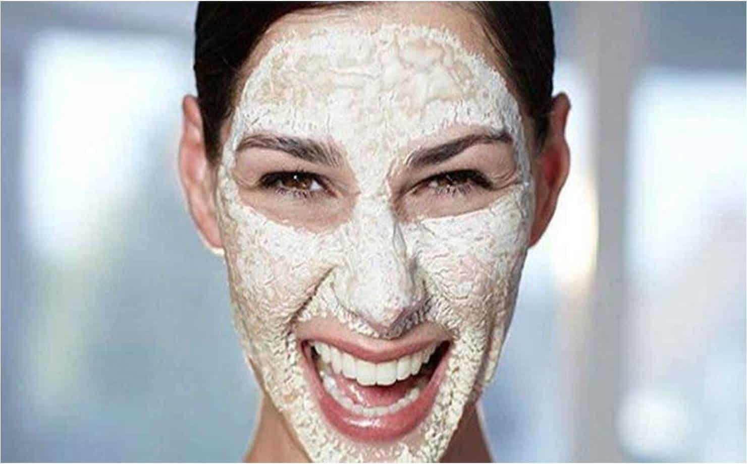 Mulher Usando Máscara Caseira no Rosto