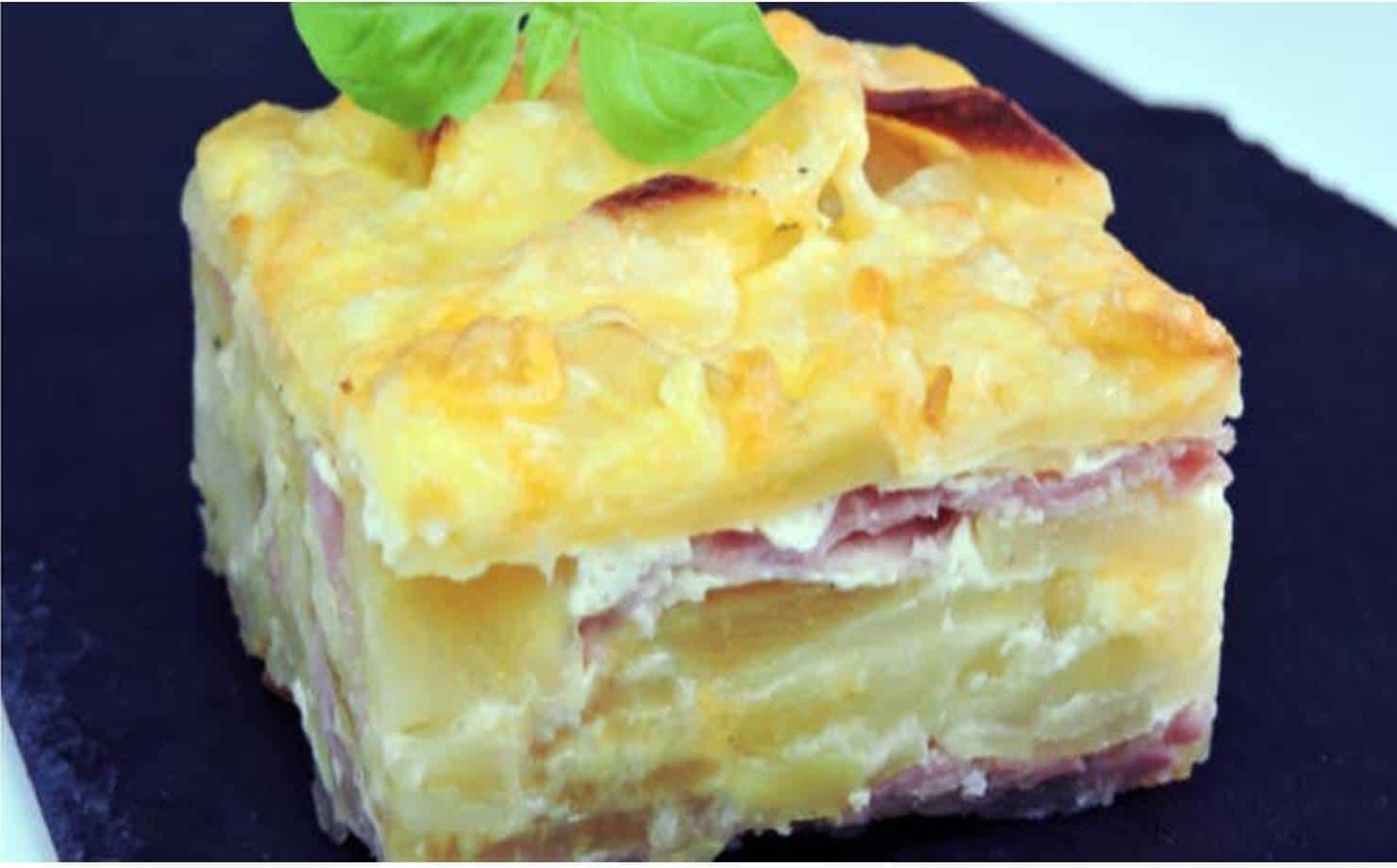 Pedaço de torta de batata com queijo