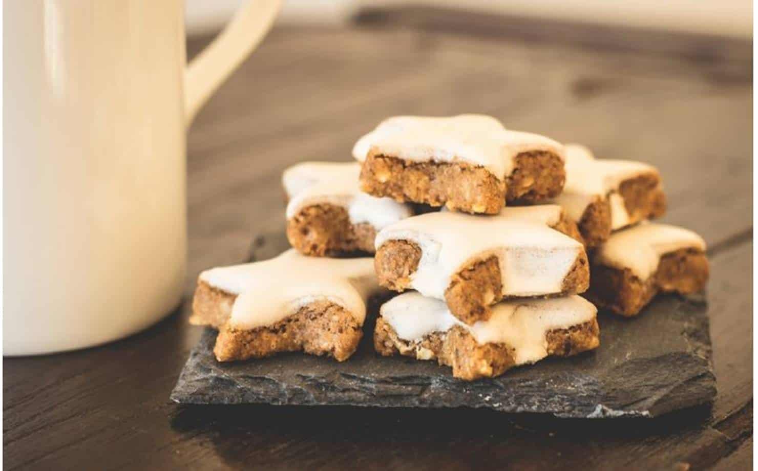 Biscoitos Expostos em uma Tábua na Mesa