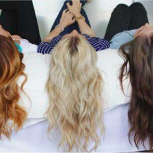 Mulheres no Sofá Exibindo Cabelos Coloridos