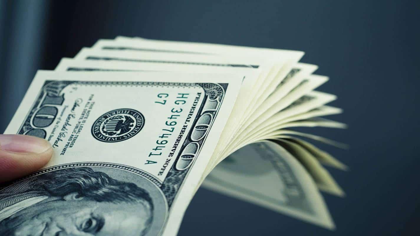Dólar tem primeira queda depois de quatro altas seguidas