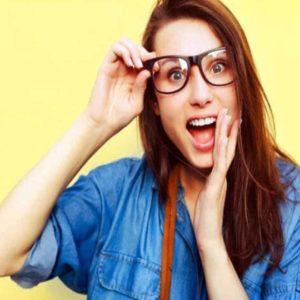 Mulher de Óculos Demonstrando Surpresa