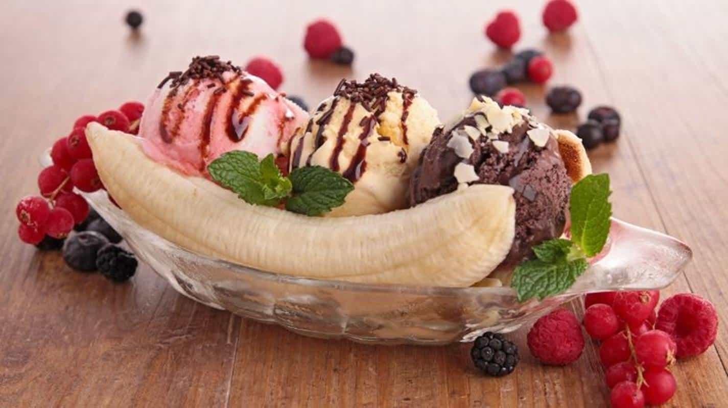 Prepare banana split em casa com esta receita rápida e fácil