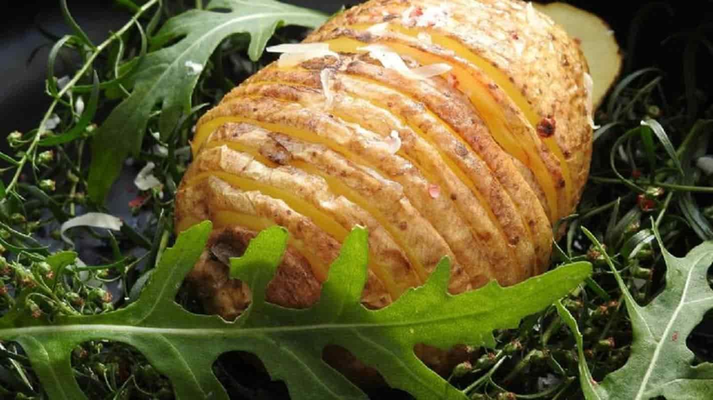 Batatas Hasselback! Aproveite este ótimo prato com uma receita simples