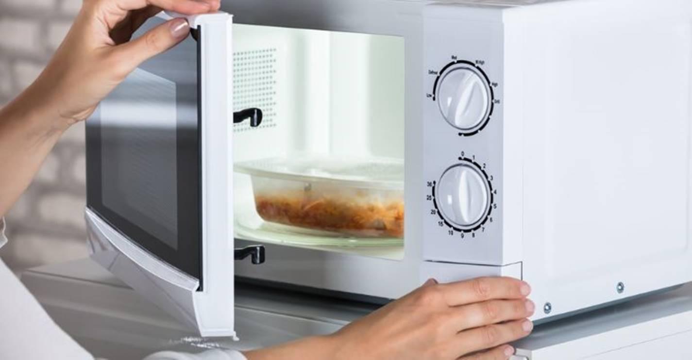 Truques infalíveis para limpar o micro-ondas e eliminar odores ruins