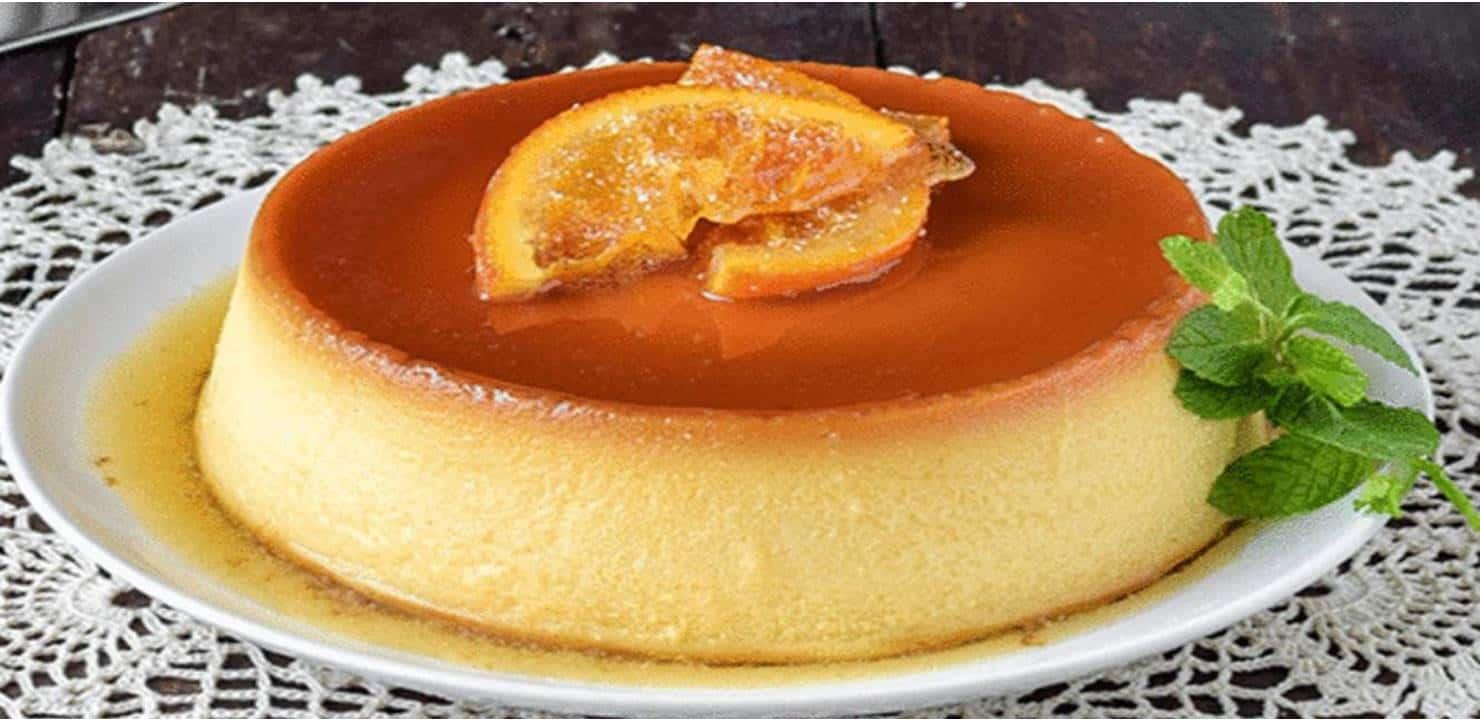 Pudim de laranja em Prato Exposto na Mesa